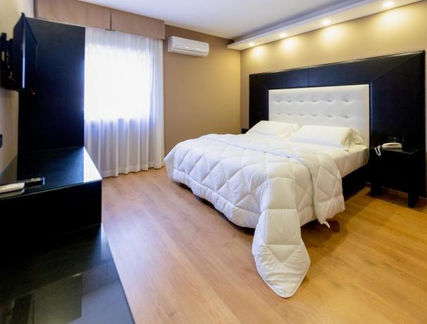 Camera matrimoniale con telefono diretto hotel4stelle Casapulla
