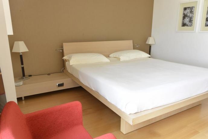 Poltrona, Scrivania e Tv in camera a Lecce-hotel4stelle