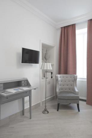 Scrivania TV schermo piatto suite hotel Finale Ligure