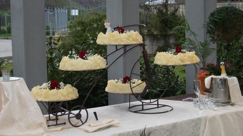 Dettaglio torta nuziale durante un ricevimento