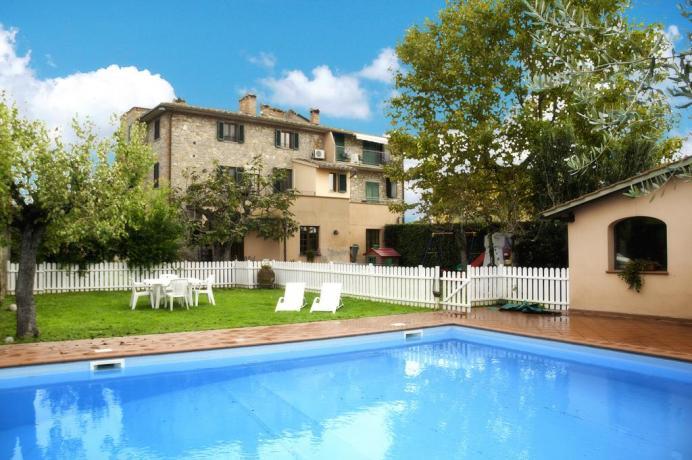 Appartamenti Vacanza da 2/4/6 posti con piscina privata sul Lago Trasimeno. Salone per affitto intero casale per 20/23 persone.