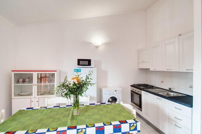 appartamento con lavatrice e angolo cottura