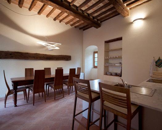 sala soggiorno con cucina in toscana a certaldo