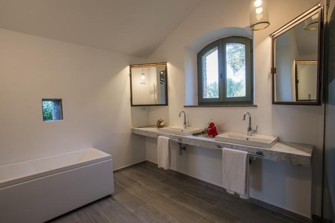 Camera con letti alla francese e bagno lago trasimeno spa