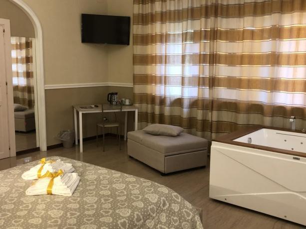 Vasca Idromassaggio 2 posti e Divano in Suite