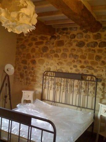 Camera matrimoniale parete in pietra