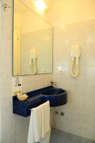 Bagno camera spazioso in Hotel a Misano