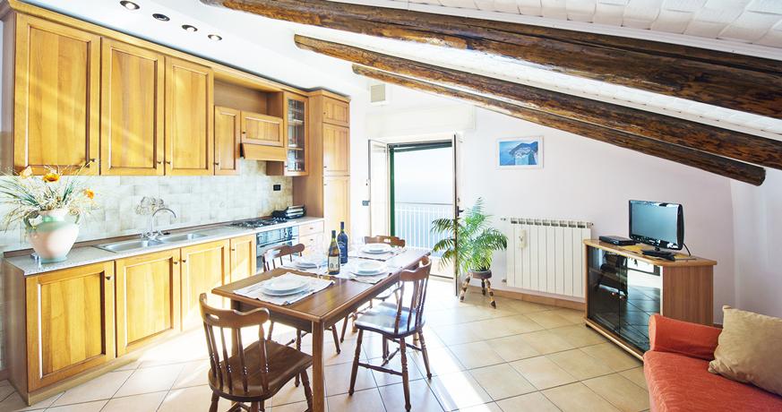 Ampia cucina abitabile, zona pranzo con divano