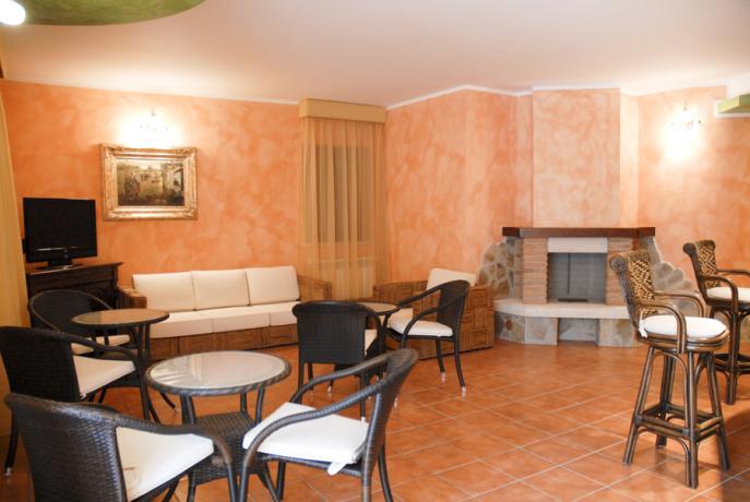 Sala con camino hotel ad Alfedena vicino Roccaraso