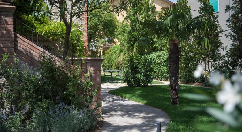 Viale nel giardino del Resort