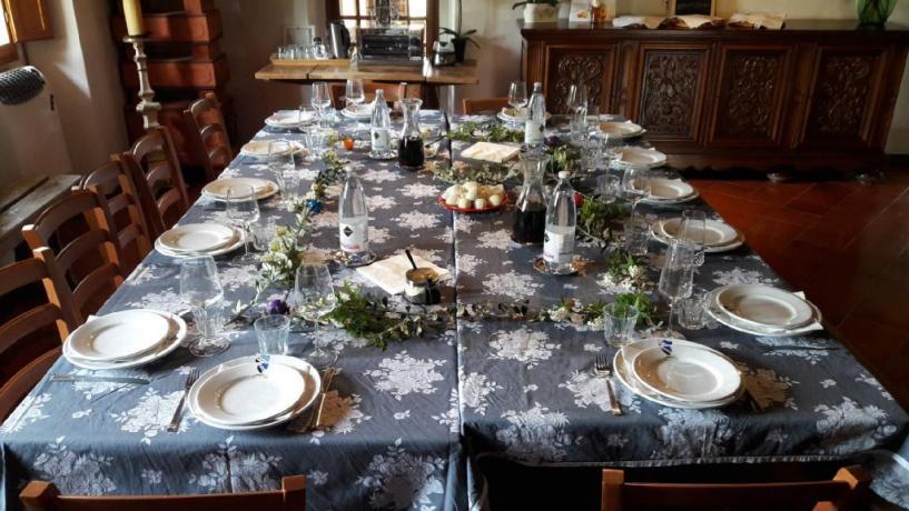 La tavola imbandita per la cena
