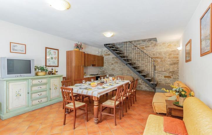 Casolare Marche: grande salone con cucina