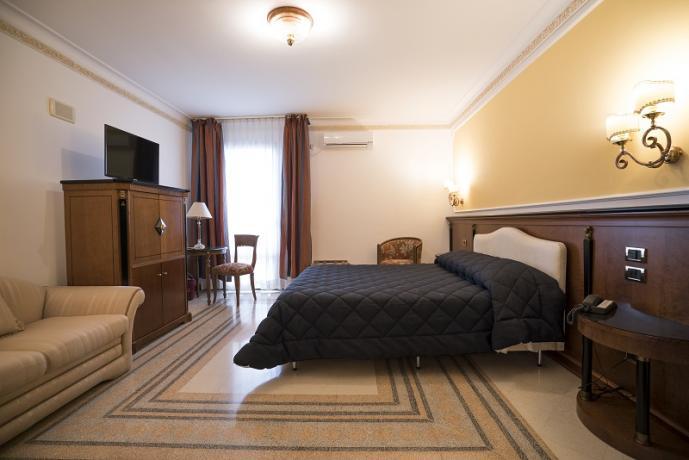 Camera matrimoniale con tv, divano, hotel 4 stelle