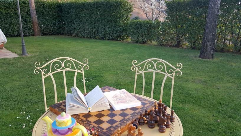 Pausa relax nel giardino dell'agriturismo vicino Terni
