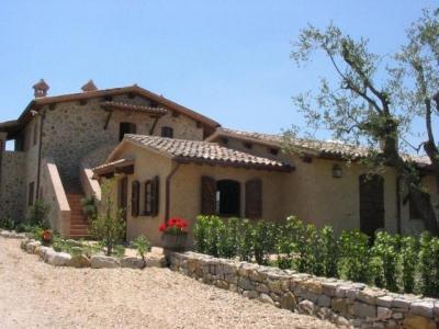 Casolare tra Umbria e Toscana con appartamenti vacanza con camino funzionante.