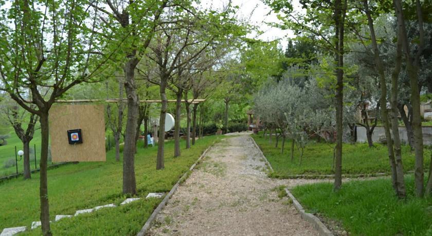 Viale con giardino