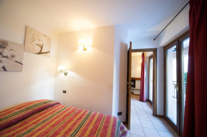 Camera matrimoniale balcone appartamento-vacanza 5posti-letto Bardonecchia