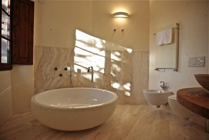 Bagno Camera Liberty con lavabo marmo travertino