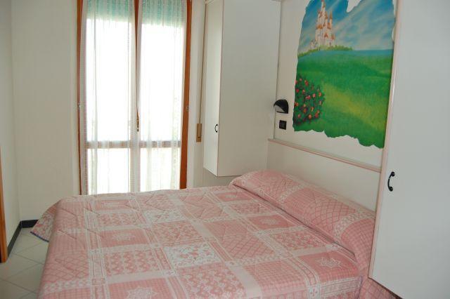 Camera con dipinto Castello delle Fiabe