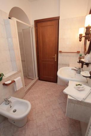 Bagno Camera con Asciugamani e Doccia