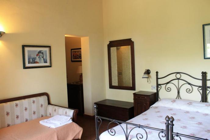 Camera matrimoniale con divano agriturismo ad Adrano