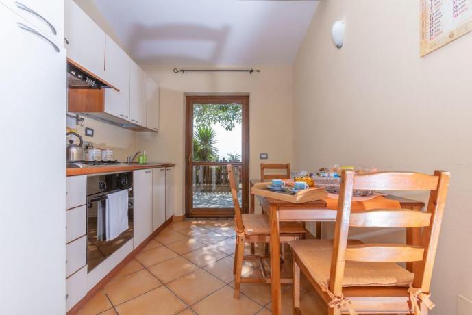 Cucina in appartamento completa di stoviglie