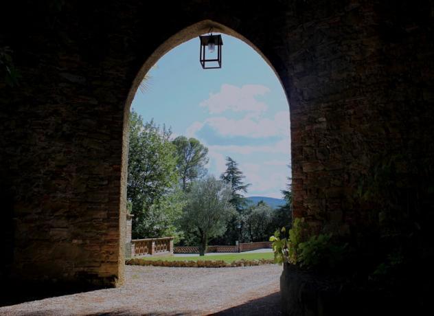 Cortile esterno antico palazzo a Perugia in collina