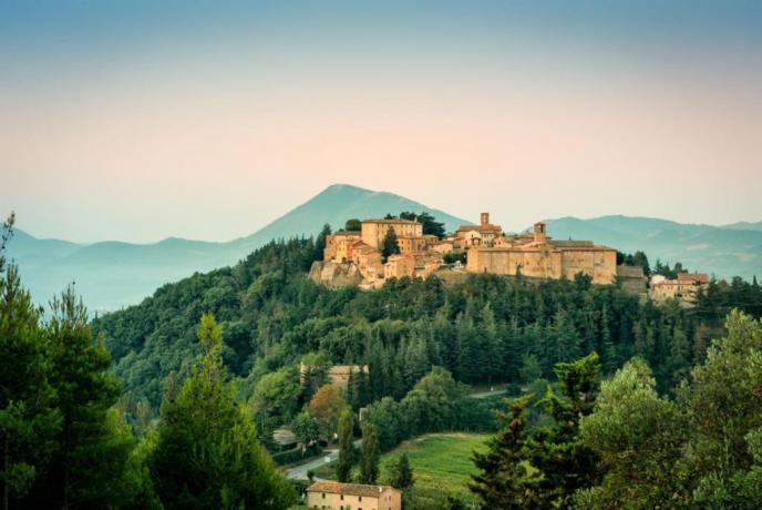 Appartamenti Piscina e Ristorante vicino Montone