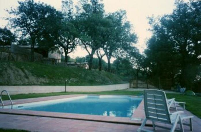 Relax in piscina esterna Agriturismo Torre Alfina