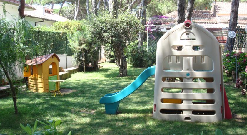 Giochi per bambini nel giardino dell'Hotel