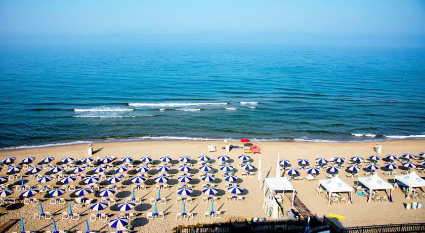 Spiaggia privata attrezzata con lettini e ombrelloni