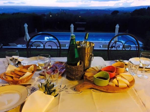 Cena bordo piscina Casale vicino Orvieto