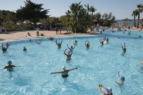 Acqua gym in piscina con animazione diurna
