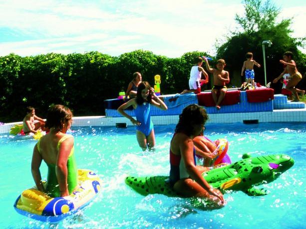 Piscina per bambini con annesso parcogiochi