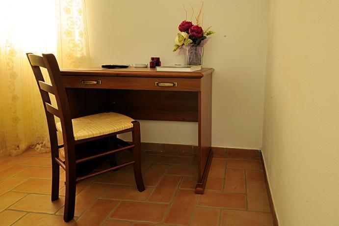 Scrivania in camera, appartamento in agriturismo a Montebuono