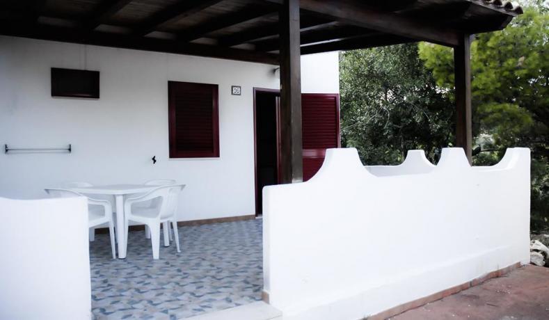 Bungalow con tavoli e sedie sulla veranda