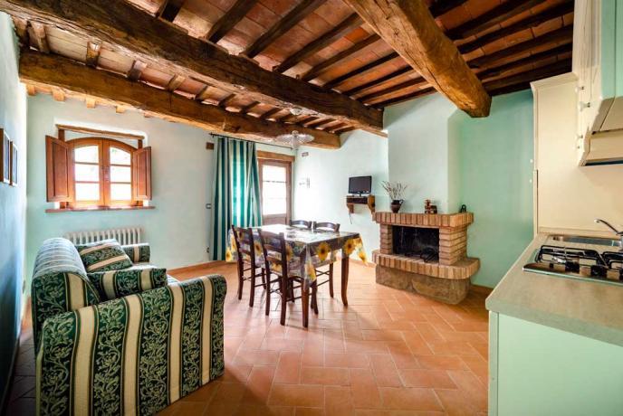 Soggiorno con Cucina e Camino-in-Casolare-in Umbria-Collazzone