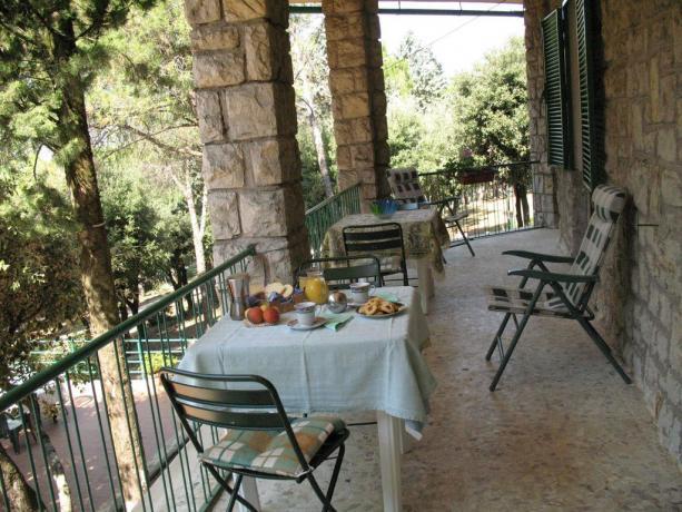 Prima colazione sul balcone B&B a Corciano