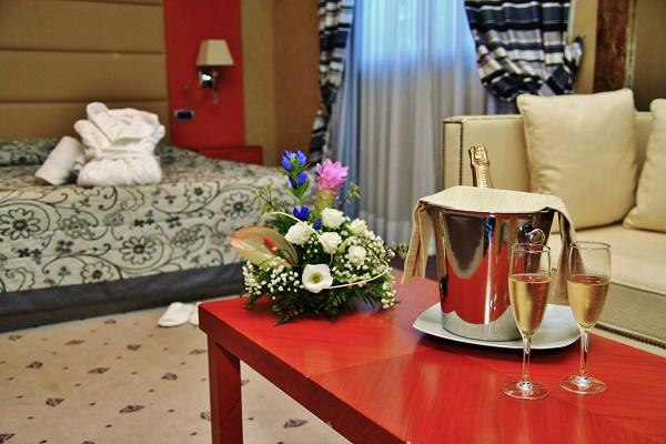 Hotel 4 stelle dotato di posizione privilegiata e di terrazza panoramica con piscina, Ideale per Gruppo o la Famiglia