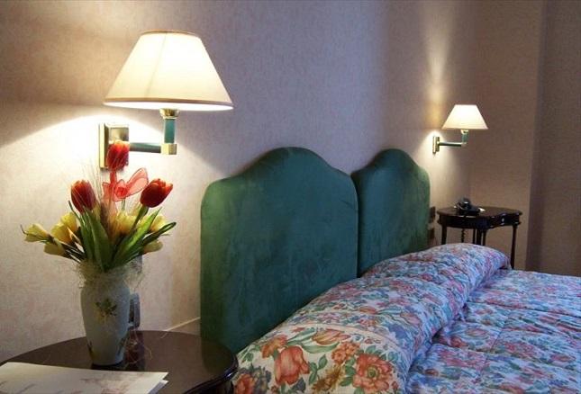 Camera matrimoniale con telefono nell'hotel umbro