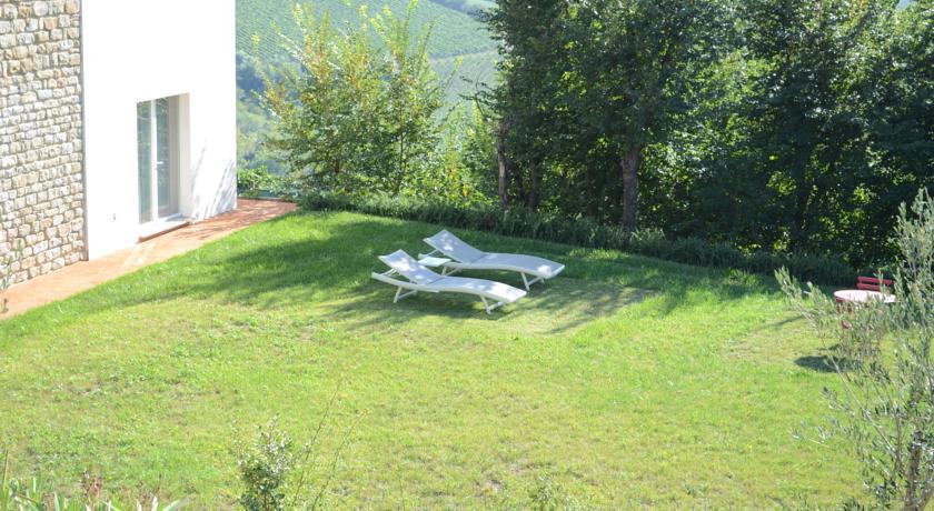 Ampio giardino con mobili da esterno e lettini