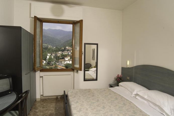 Camera matrimoniale con vista sulle Colline Toscane