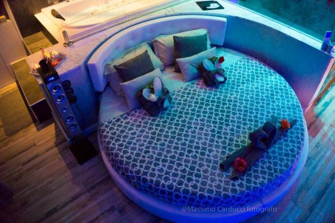 Suite romantica con idromassaggio e cromoterapia