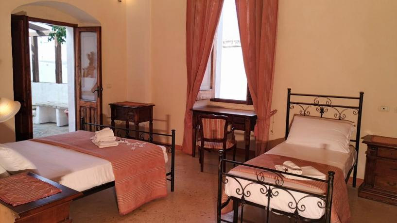 Camera tripla con finestra panoramica in Salento