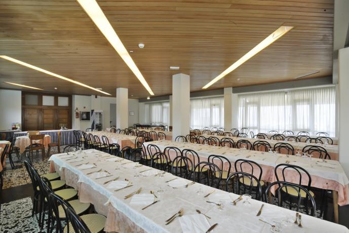 Albergo a Pesaro sala ristorante vista mare