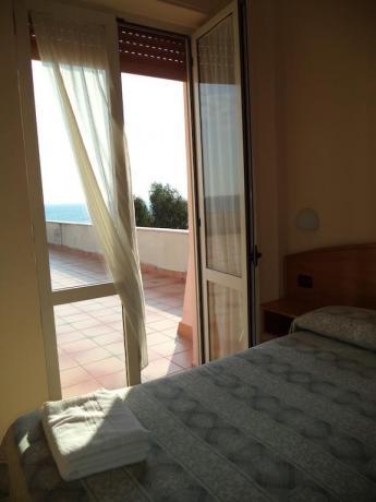 Camera Matrimoniale con Ampio Terrazzo Vista Mare