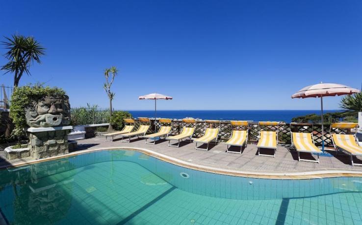 Balconcino Hotel Ischia attrezzato con tavolo e sedie