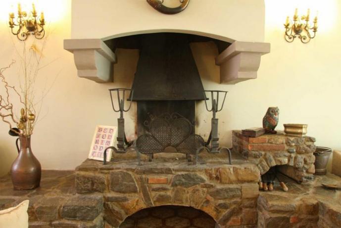 Antico caminetto in soggiorno villa in Umbria