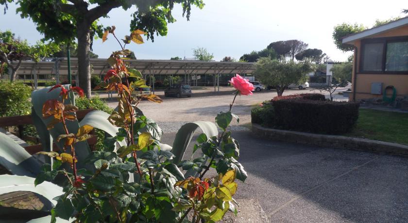 Villaggio vicino Roma con ampio parcheggio esterno