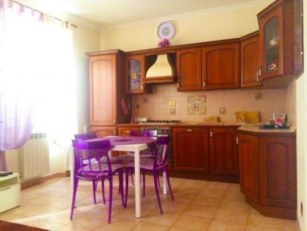 cucina attrezzata con tavolo appartamento a Roma